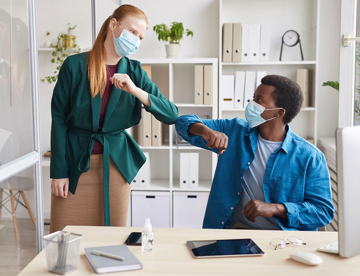 Un homme et une femme masqués pour se protéger du COVID 19